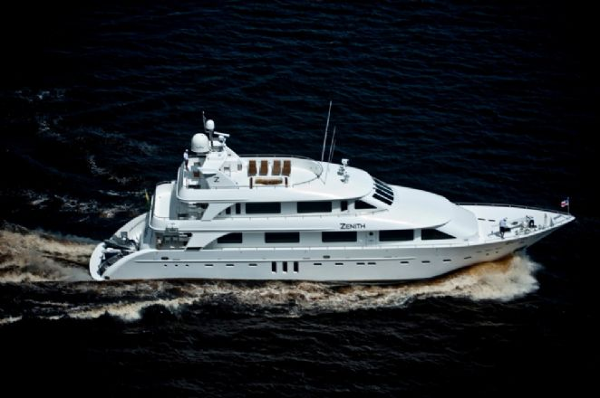 Fast and shallow draft yacht