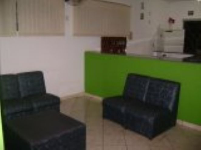 Sala de estar do hotel/com tv/revistas