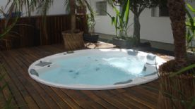 area da piscina com spa